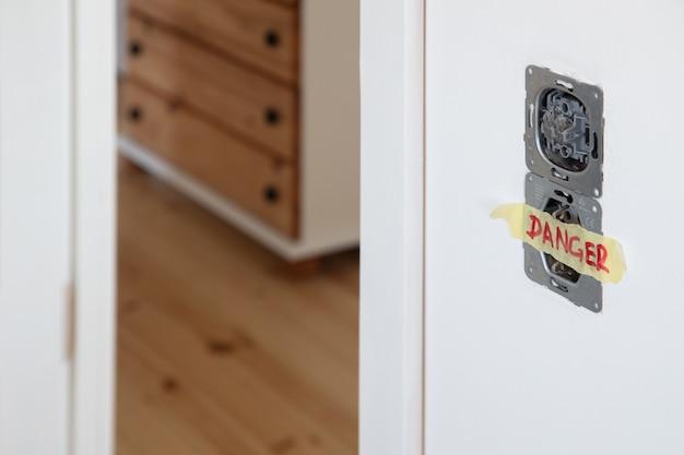 Eine fassung und ein schalter der in der weißen wand installierten lichter Premium Fotos