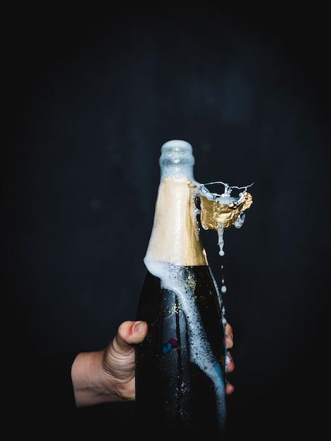 Eine flasche champagner spritzen Kostenlose Fotos