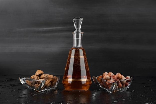 Eine flasche getränk mit trockenen früchten. Kostenlose Fotos