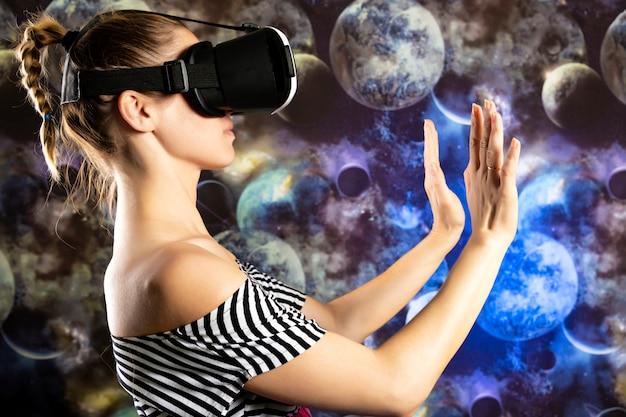 Eine frau betrachtet durch virtuelle realität den raum. raum hintergrund Premium Fotos