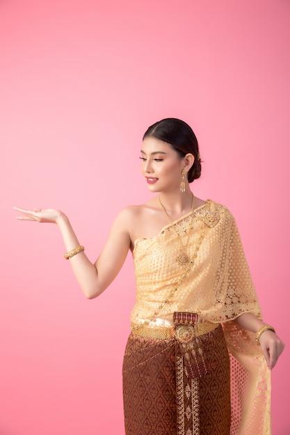 Eine frau, die ein altes thailändisches kleid trägt Kostenlose Fotos