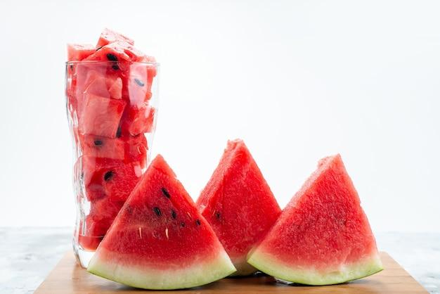Eine frisch geschnittene wassermelone in vorderansicht, weich und süß auf weiß Kostenlose Fotos