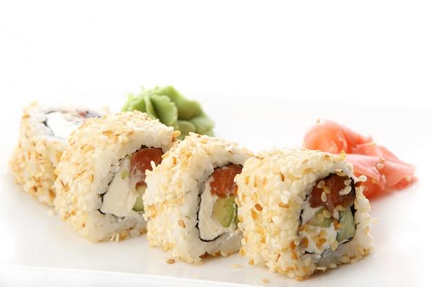 Eine frische und leckere sushi-rolle Kostenlose Fotos