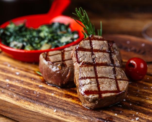Eine front geschlossene ansicht gebratenes fleisch mit soße und gemüse zusammen mit einem glas wein auf dem braunen schreibtisch essen fleisch mahlzeit Kostenlose Fotos