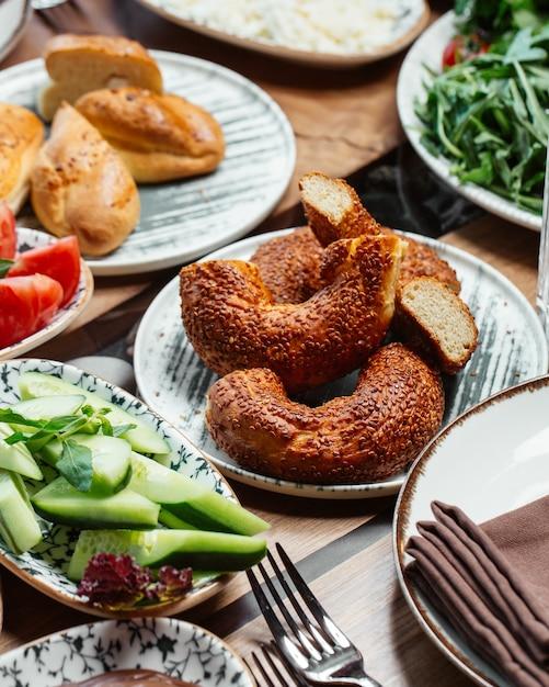 Eine frontansicht frühstücksbrötchen mit gurkenbrot und tomaten auf dem tisch essen mahlzeit frühstück Kostenlose Fotos
