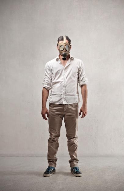 Eine gasmaske tragen Premium Fotos