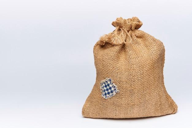 Eine gefüllte tüte sackleinen mit einem fleck Premium Fotos