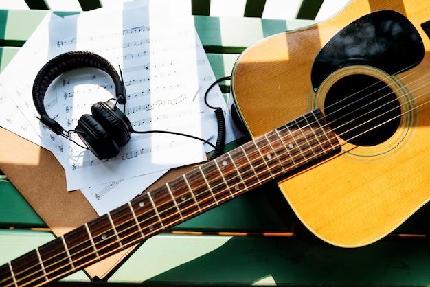 Eine gitarre und kopfhörer Kostenlose Fotos