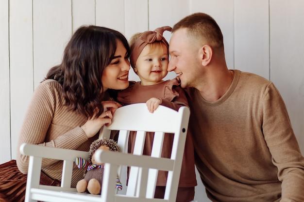 Eine glückliche familie posiert Kostenlose Fotos
