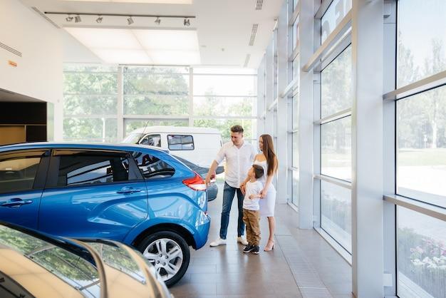 Eine glückliche junge familie im autohaus Premium Fotos
