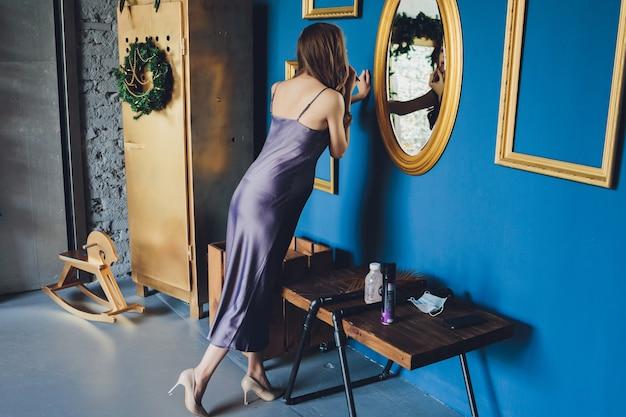 Eine glückliche schwangere frau betrachtet liebevoll ein spiegelbild ihrer selbst und ihres ungeborenen kindes in einem spiegel Premium Fotos