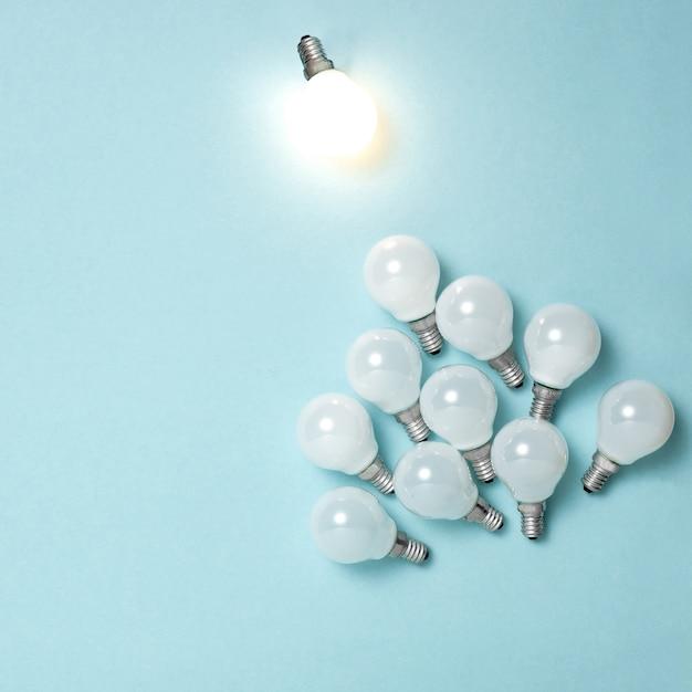 Eine glühbirne hervorragend, anders leuchtend. ideen für geschäftskreativitätsideen. Kostenlose Fotos