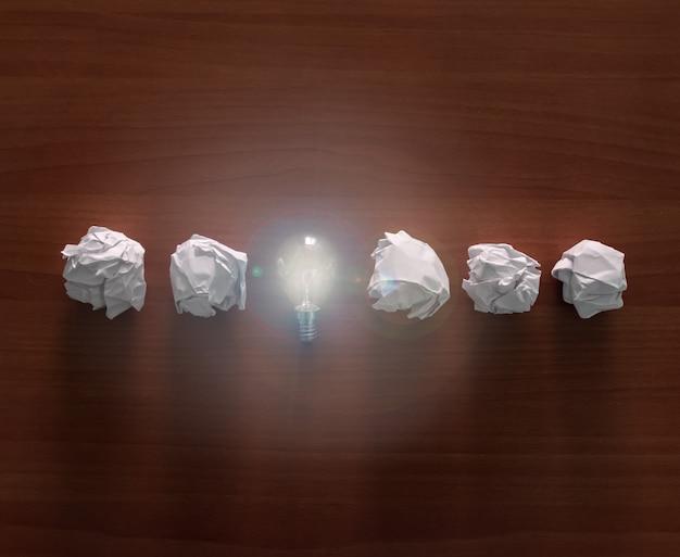 Eine glühbirne mit kugeln aus papier. Premium Fotos