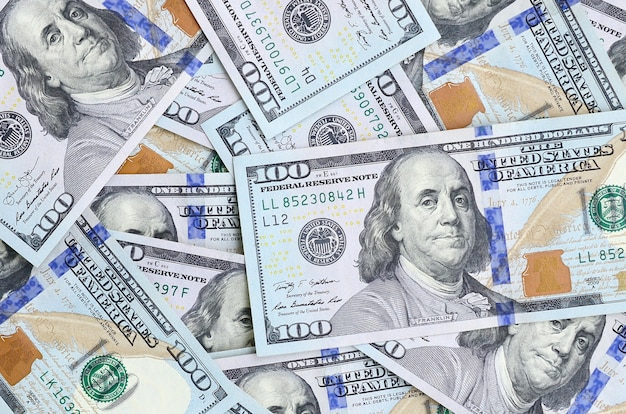 Eine große anzahl von us-dollar-scheinen eines neuen designs mit einem blauen streifen in der mitte. ansicht von oben Premium Fotos