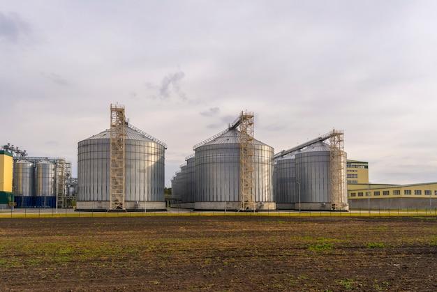 Eine große fabrik für die verarbeitung von getreide. großer aufzug im feld. Premium Fotos