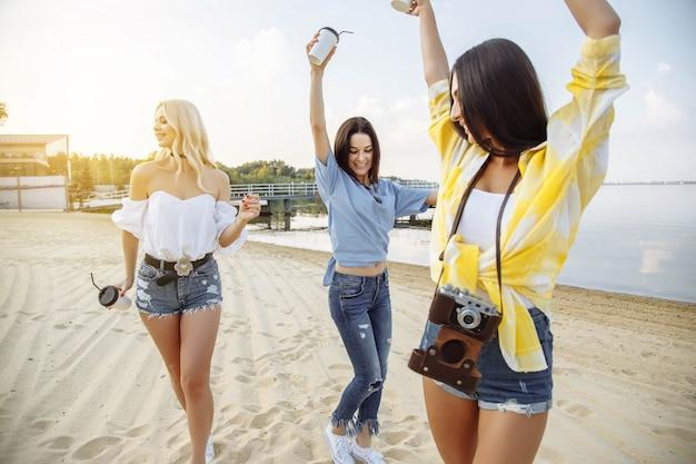 Eine gruppe junger attraktiver mädchen, die eine strandparty genießen. Premium Fotos