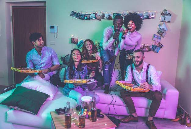 Eine gruppe junger leute, die zu hause feiern und feiern Premium Fotos