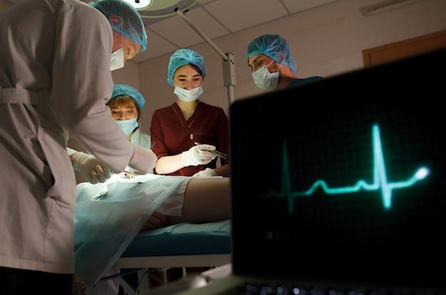 Eine gruppe von chirurgen, die operationen in einem krankenhaus durchführen. Premium Fotos
