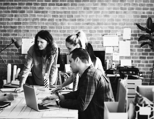 Eine gruppe von creatives mit einem meeting Kostenlose Fotos
