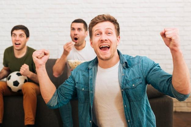 Eine gruppe von freunden beobachtet das sportereignis Kostenlose Fotos