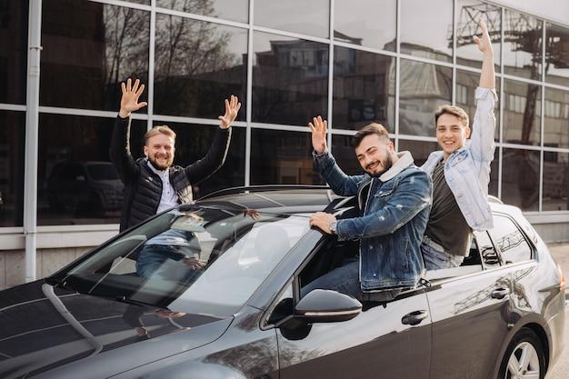 Eine gruppe von freunden, die spaß im auto haben. Premium Fotos