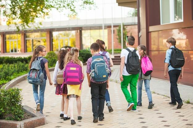 Eine gruppe von kindern geht aufs college. Premium Fotos