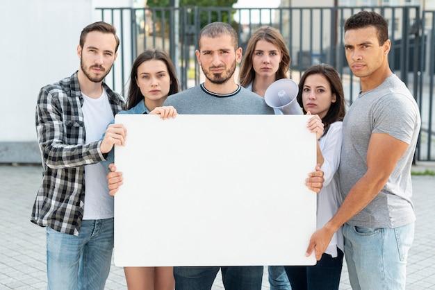 Eine gruppe von menschen steht für frieden Kostenlose Fotos