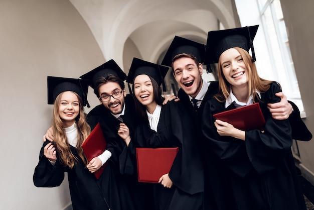 Eine gruppe von studenten in mänteln steht auf dem flur. Premium Fotos