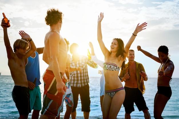 Eine gruppe von verschiedenen leuten hat spaß am strand Premium Fotos
