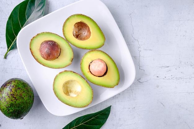 Eine halbe avocadofrucht Premium Fotos