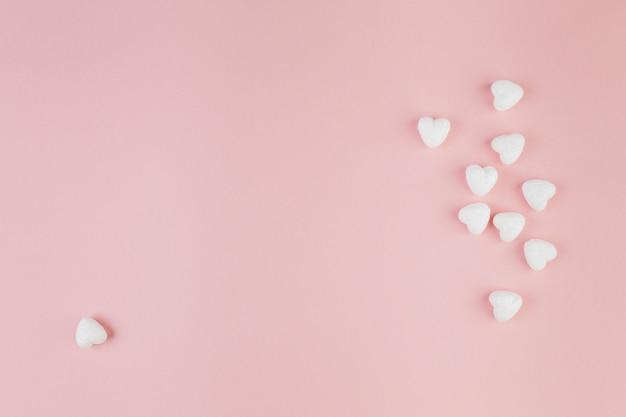 Eine herzförmige süßigkeit von der gruppe entfernt Kostenlose Fotos