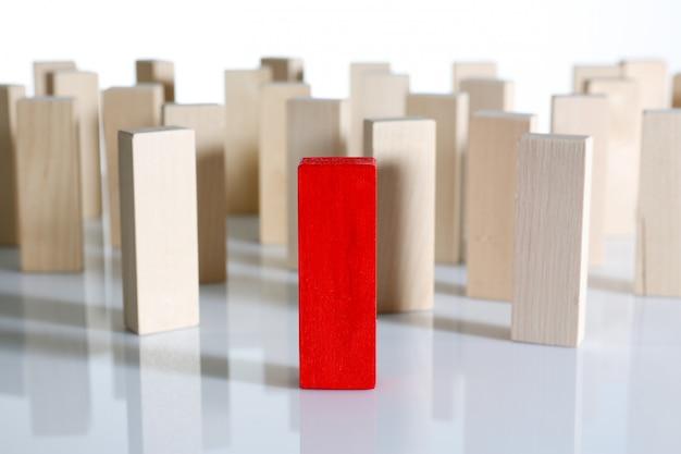 Eine hölzerne blockreihe der roten siegerlotterie Premium Fotos