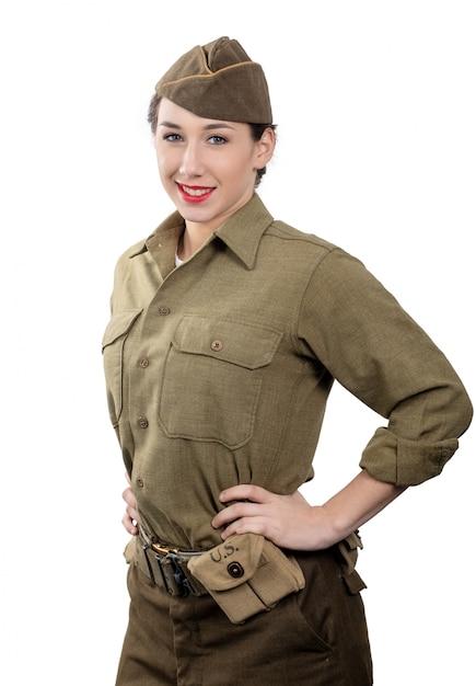 Eine hübsche junge frau in wwii uniform uns mit garnisonsmütze auf weiß Premium Fotos