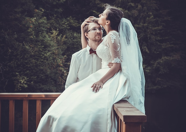 Eine junge braut und ein bräutigam stehen zusammen im