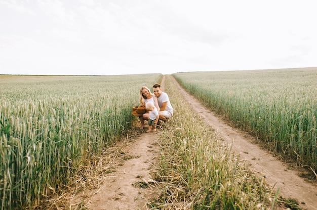 Eine junge familie hat spaß mit ihrem kleinen baby auf dem feld Premium Fotos