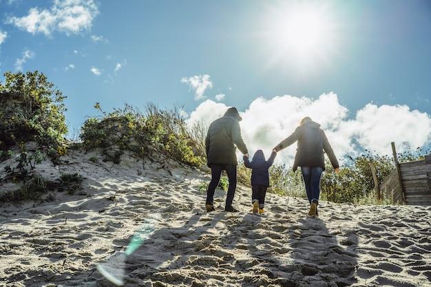 Eine junge familie mit kindern verbringt das wochenende am ufer der kalten ostsee Kostenlose Fotos