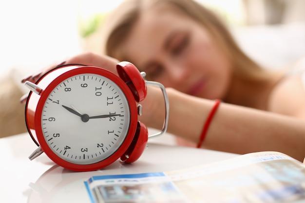 Eine junge frau kann nicht um 7 uhr morgens aufwachen Premium Fotos