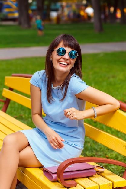 Eine junge frau mit braunen haaren im blauen kleid Premium Fotos