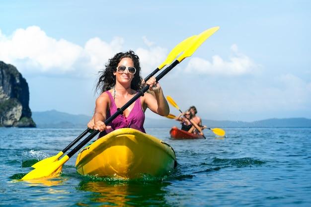 Eine kaukasische familie genießt sommerferien Premium Fotos