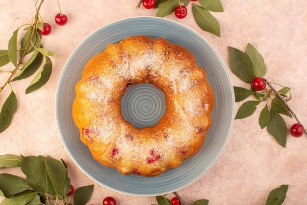 Eine kirschkuchenrunde der draufsicht gebildet innerhalb der grauen platte auf dem rosa schreibtischkuchenkekszuckersüß Kostenlose Fotos