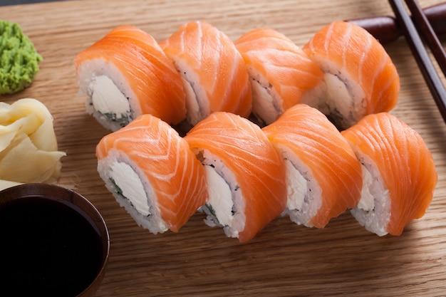 Eine klassische philadelphia rolle mit wasabi. Premium Fotos