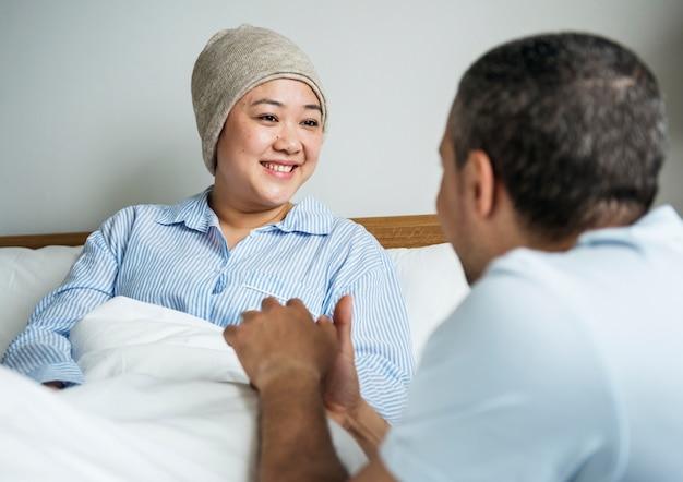 Eine kranke frau im bett mit ihrem partner   Premium-Foto