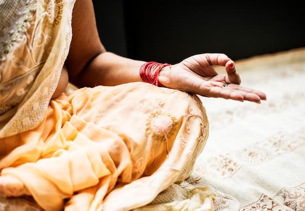 Eine meditierende indische frau Kostenlose Fotos