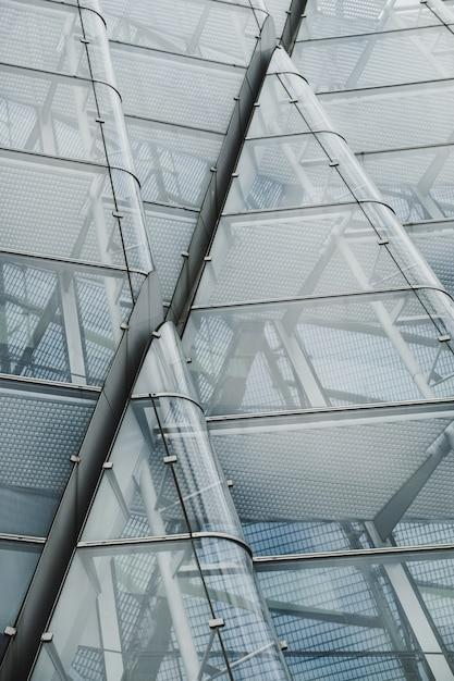 Eine moderne glasarchitektur low angle shot Kostenlose Fotos