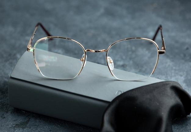 Eine moderne optische sonnenbrille von vorne auf das grau Kostenlose Fotos