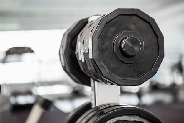Eine nahaufnahme von einigen gewichten in einem fitnessstudio Premium Fotos