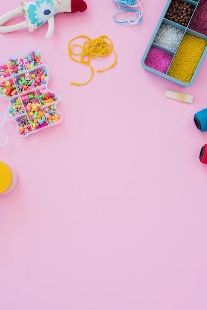 Eine obenliegende ansicht der bunten korne falls auf rosafarbenem hintergrund Kostenlose Fotos