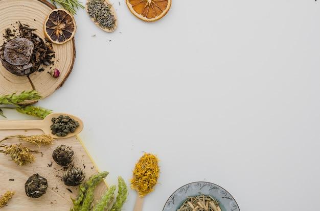 Eine obenliegende ansicht der getrockneten teekräuter getrennt auf weißem hintergrund Kostenlose Fotos