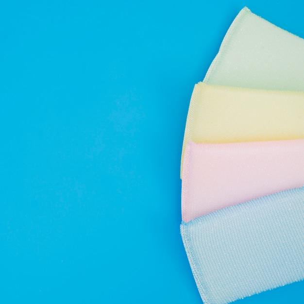 Eine obenliegende ansicht des bunten schwammes auf blauem hintergrund Kostenlose Fotos