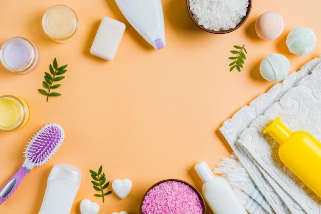 Eine obenliegende ansicht von badekurortprodukten auf farbigem hintergrund Kostenlose Fotos